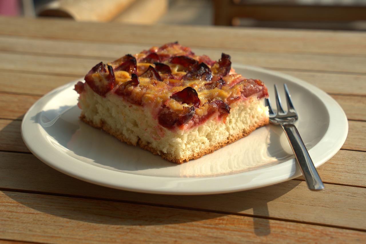 Kuchen essen, mit positiven Menschen umgeben, einladen unkompliziert